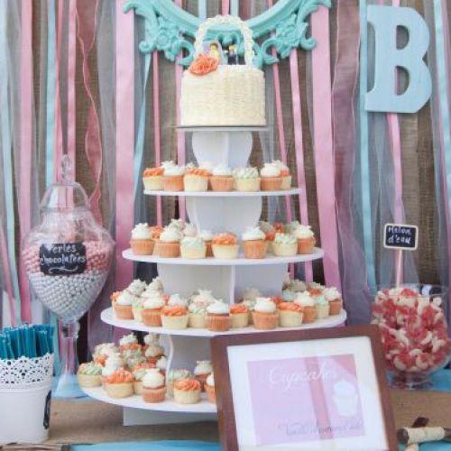 Les mariés ont opté pour une tour de cupcakes